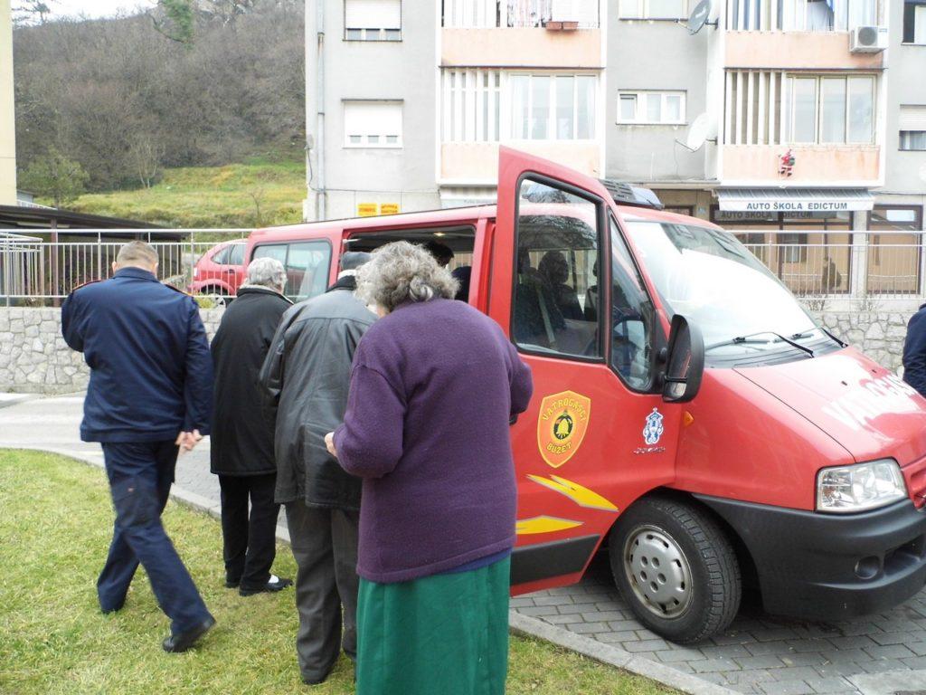božićna  priredba-prijevoz vatrogasci