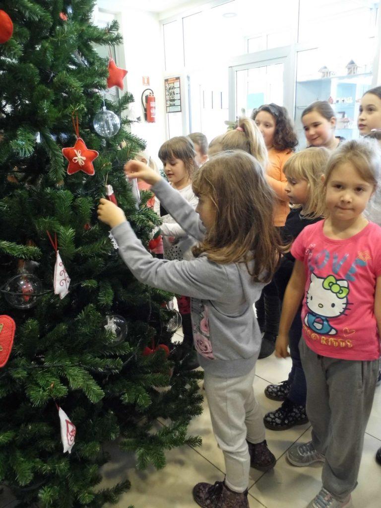 božićno drvce ukrašavanje